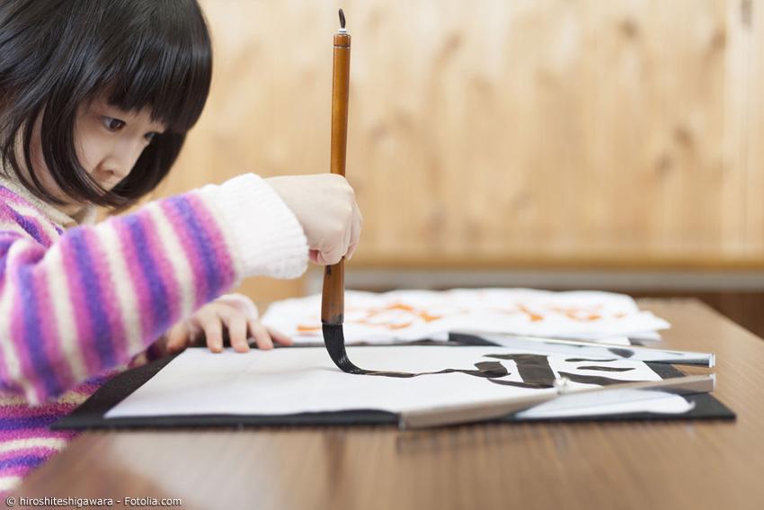 Normale japanische Pinsel sind für den vertikalen Gebrauch konzipiert (wie auf dem Bild gezeigt). Kumano Fude Pinsel werden so hergestellt, dass auch der horinzontale Gebrauch und damit normales Schreiben möglich ist.
