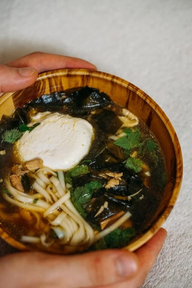 Japanische Miso-Suppe in einer Holzschüssel