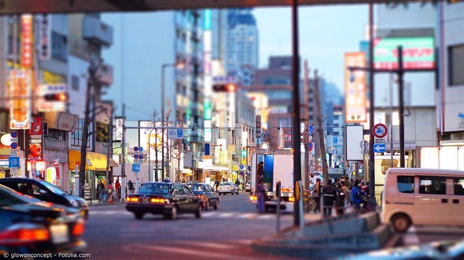Ein Auto in Japan mieten: Das funktioniert wie überall auf der Welt. Anders ist nur, dass es in Japan Linksverkehr gibt und dass auf den Straßenschildern auch japanische Zeichen stehen.