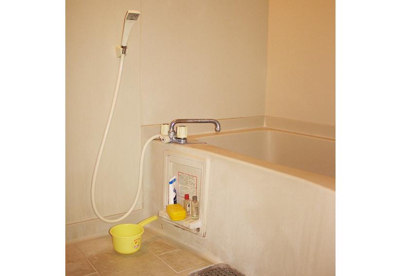 Ein modernes privates Ofuro - japanische Badewanne aus Kunststoff