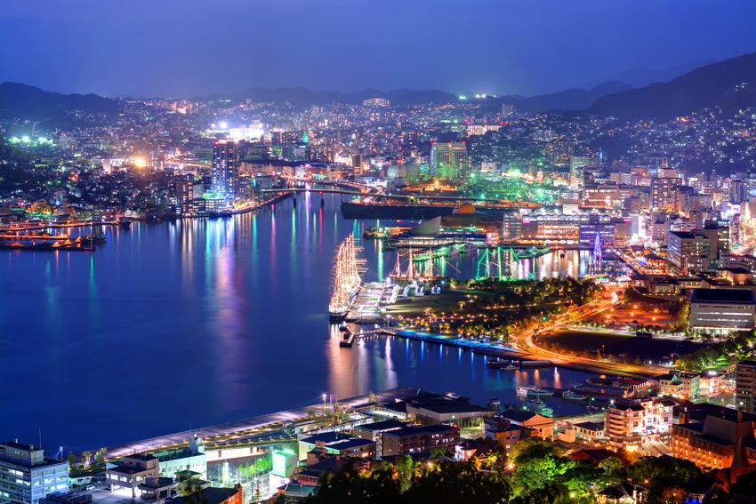 Panorama vom Hafen von Nagasaki bei Nacht in voller Beleuchtung