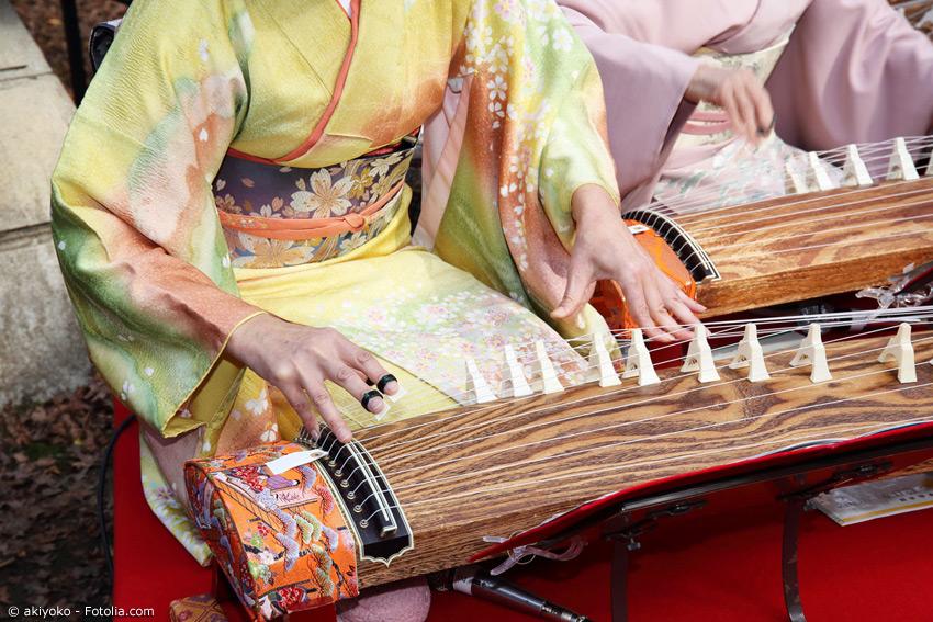Auch beim Spielen traditioneller Musikinstrumente wie der Koto tragen viele Musikerinnen und Musiker einen Kimono.