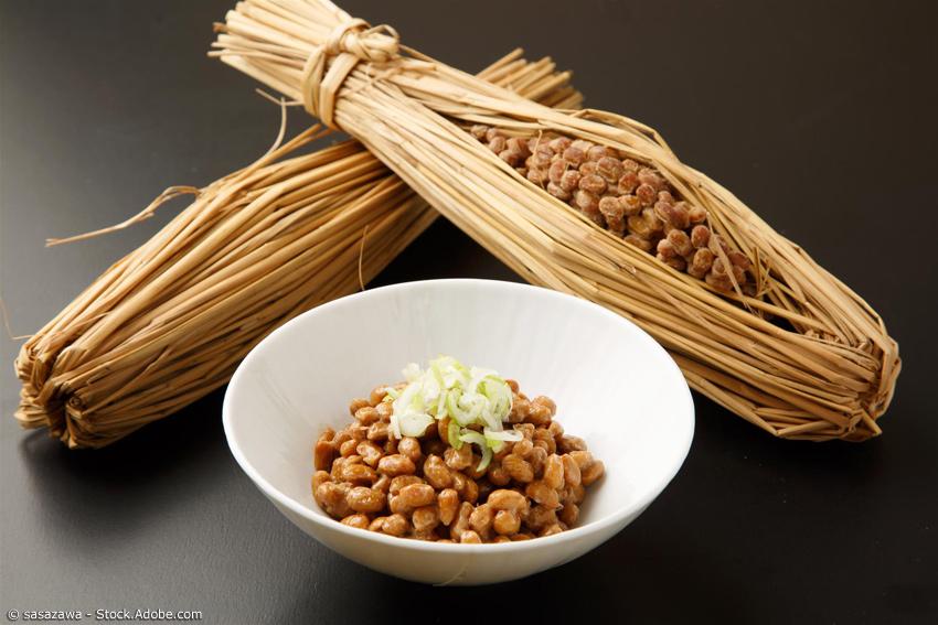 Natto-Bohnen im Stroh und vorbereitet in einer Speiseschale