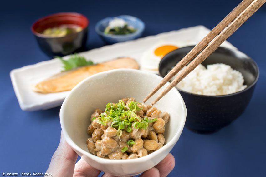 Natto mit Frühlingszwiebeln auf Frühstückstisch