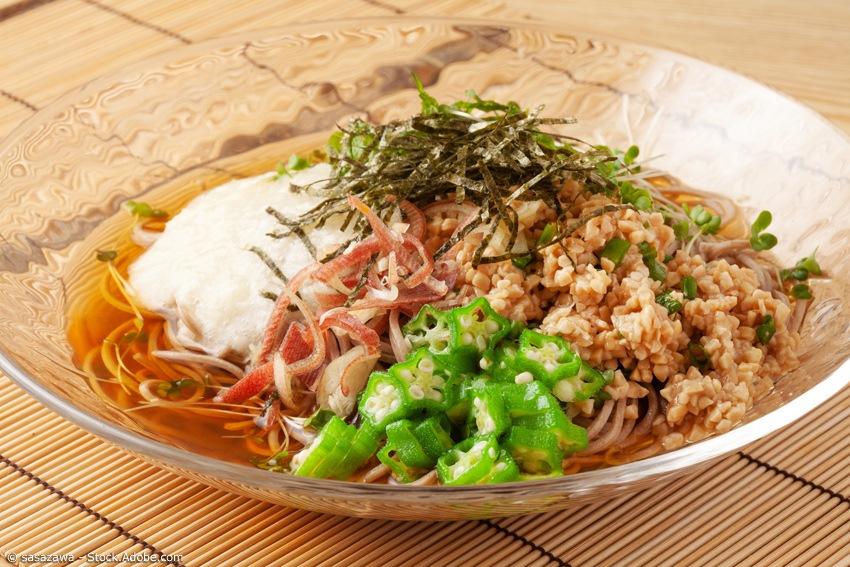 Nebaneba-Soba mit Yamswurzel, Natto, Frühlingszwiebeln und Mentsuyu