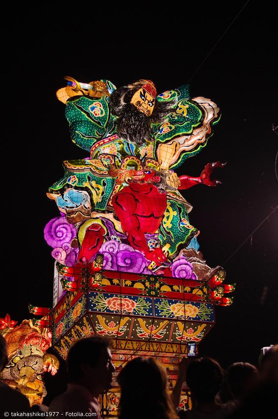 Festwagen mit großer beleuchteter Figur beim Aomori Nebuta Matsuri