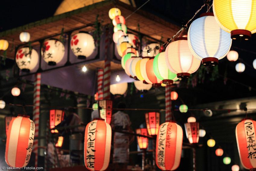 Eines der traditionellen Feste in Japan ist das Obon Fest, bei dem die Ahnen geehrt werden. Im ganzen Land gibt es dazu viele Feste mit Lichtern und Tänzen.