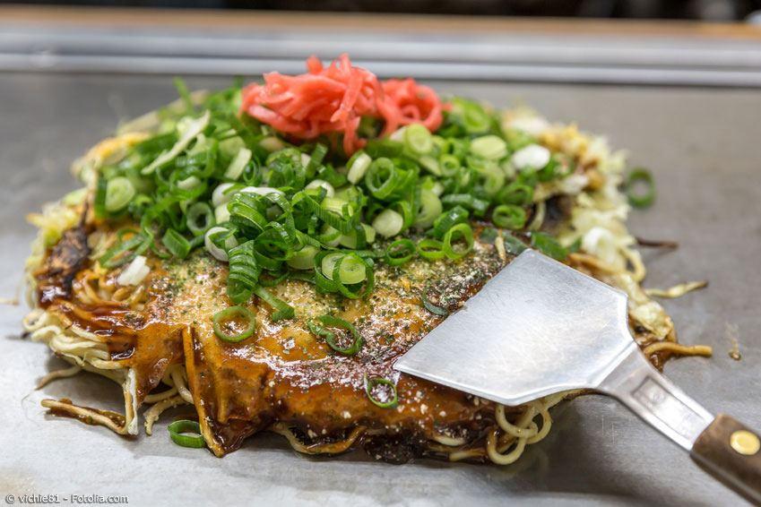Mit ein paar Zutaten aus dem Asia-Markt kann man auch in der heimischen Küche ein authentisches Okonomiyaki selber machen.