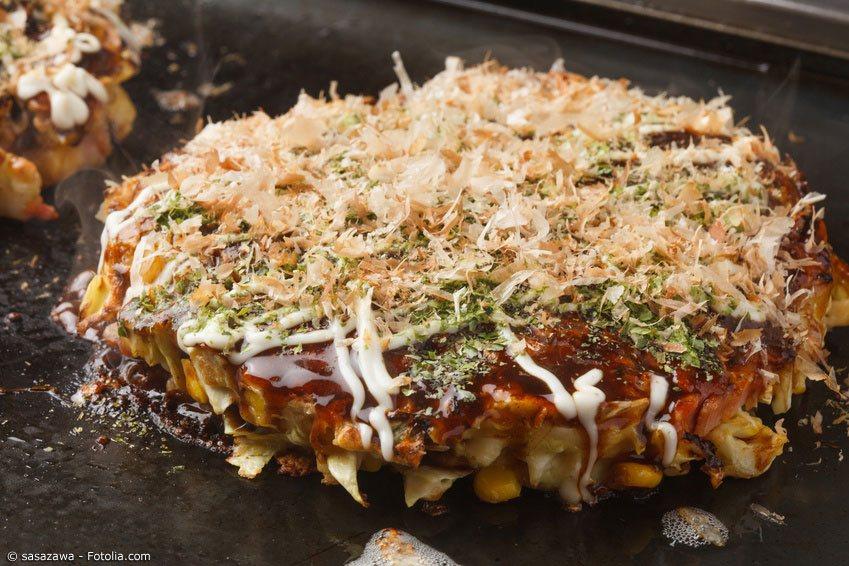 Okonomiyaki gibt es in drei verschiedenen Arten. Hier gezeigt: Osaka Style Okonomiyaki, bei dem alle Zutaten zusammen gebraten werden.