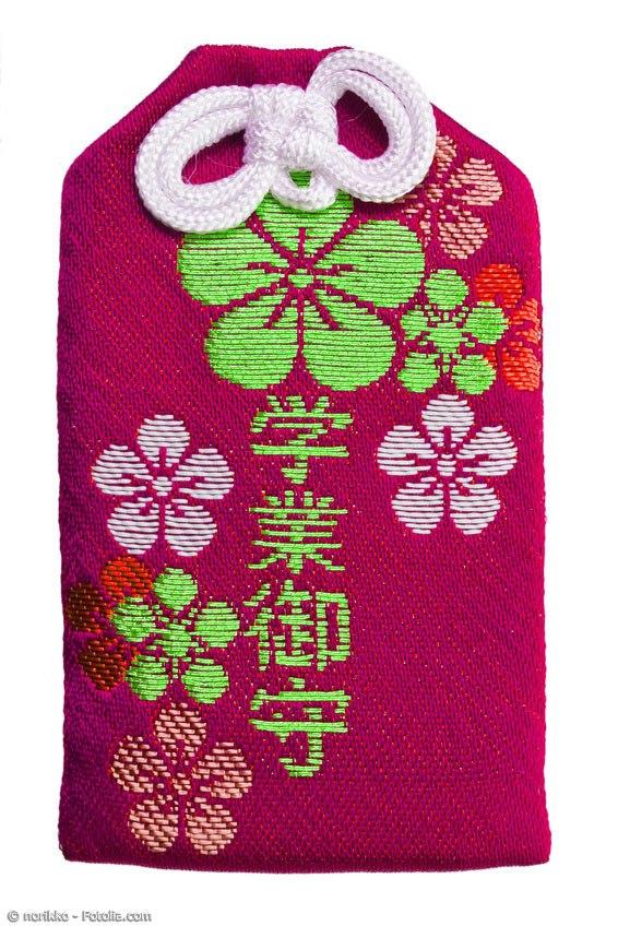 Omamori Glücksbringer kann man ganz einfach zu Hause selbst machen. Dazu benötigt man nur ein Stück Stoff, Nadel und Faden sowie eine dünne Kordel.