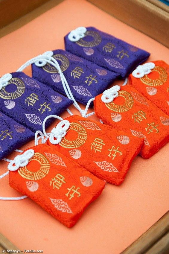 Omamori kann man meistens an Tempeln und Schreinen kaufen. Innen befindet sich meist ein beschriebenes Stück Papier oder Pappe. Man darf die kleinen Glücksbringer auf keinen Fall öffnen, denn so verlieren sie ihre Wirkung.