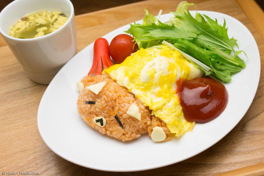 Das japanische Omurice, wie wir es heute kennen, gibt es noch gar nicht so lange. Neuester Trend, der vor allem bei Kindern beliebt ist, sind übrigens Omurice-Gerichte mit Gesichtern, kurz Chara-Gohan (Charakter-Reis) genannt.