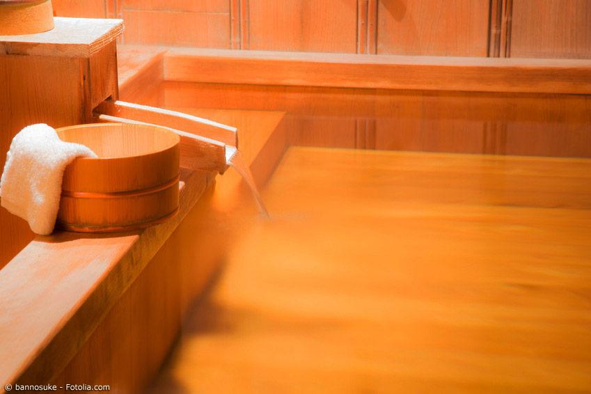 Die Badekultur im Onsen besitzt Regeln, an die man sich unbedingt halten sollte.Dazu gehört unter anderem das Reinigen, bevor man ins heiße Wasser des Onsen steigt.