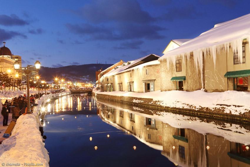 Die kleine Hafenstadt Otaru in der Nähe von Sapporo veranstaltet jährlich das kleine Snow Light Path Festival, bei dem kleine Schneeskulpturen entlang eines Weges erleuchtet werden.