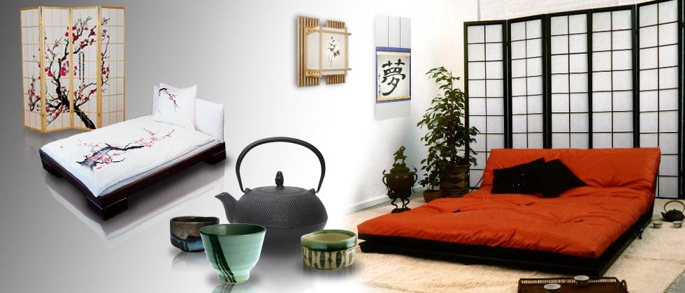 Futon mit Paravent, japanischen Lampen und Teegeschirr