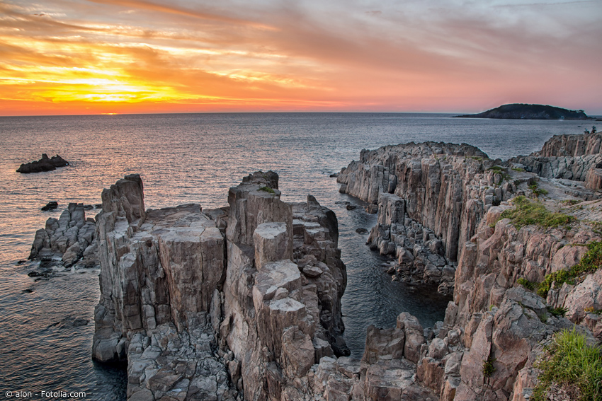 Felsen bei im Meer bei Tojinbo bei Sonnenuntergang
