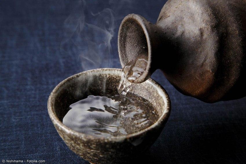 Die ideale Trinktemperatur hängt von der Sake Sorte ab. Es gibt neben dem Futsu-Shu auch Premium-Sorten, die sich qualitativ teilweise deutlich vom Standard-Sake abheben.