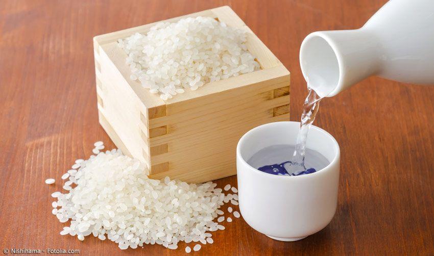 Sake in Sakebecher mit Reis in Maru Holz-Sakebecher