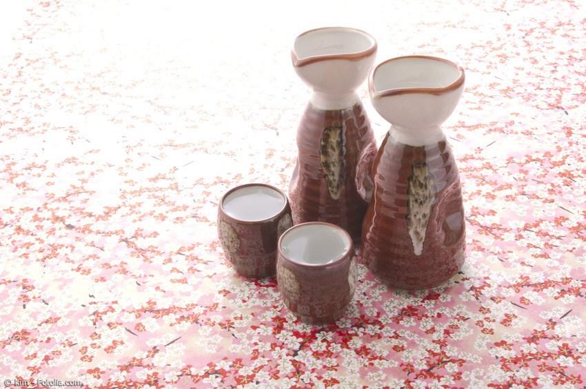 Zum Sake trinken gehört auch ein echtes Sake-Geschirr mit Sake Bechern und Flasche