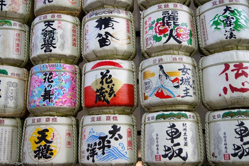 Wer schon einmal in Japan war, wird sicherlich an einigen Shinto-Schreinen die großen Sake-Fässer bemerkt haben. Diese wurden dem Schrein gespendet – eine alte Tradition.