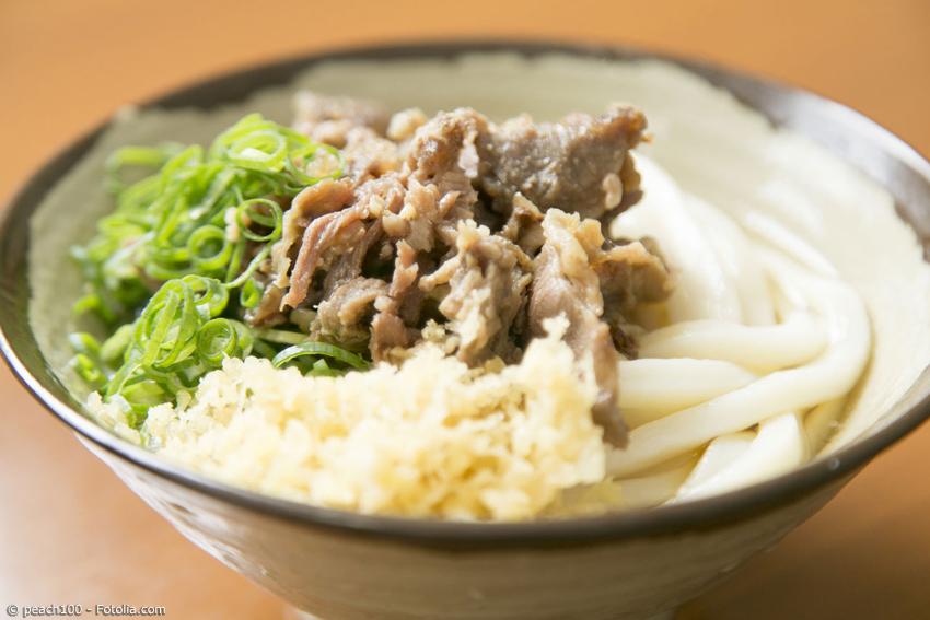 Man benötigt nur wenige Zutaten für Sanuki Udon, auch die Zubereitung ist leicht, wenn man fertige Udon Nudeln benutzt.
