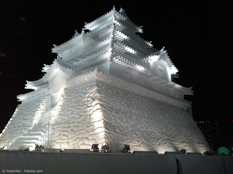 Das Schneefestival in Sapporo zieht jährlich viele tausende Besucher aus ganze Japan und der Welt an. Riesige Schneeskulpturen können Anfang Februar bewundert werden