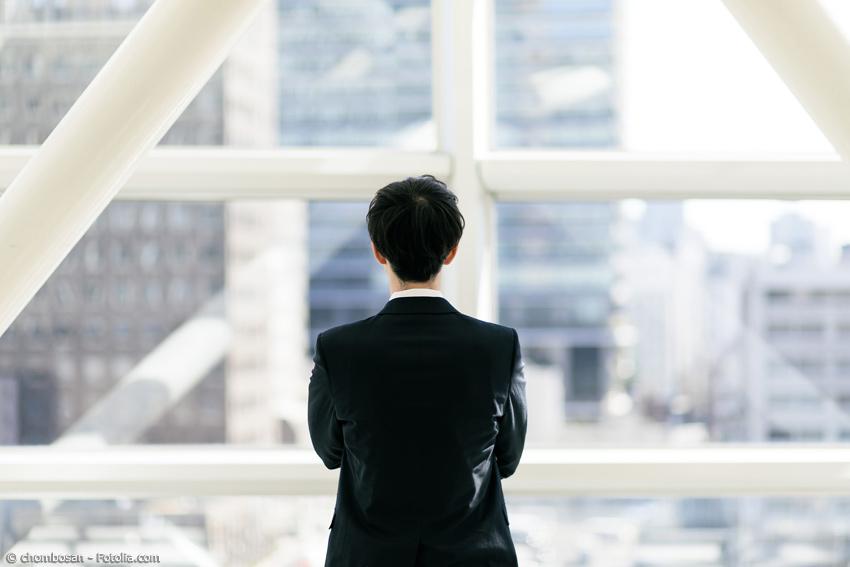 Japanischer Geschäftsmann von hinten