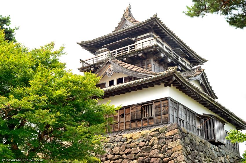 Schloss Maruoka in Fukui, umrahmt von Bäumen