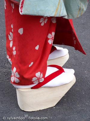 Pokkuri Geta oder Okobo werden von kleinen Mädchen und Maiko (Geishas in Ausbildung) getragen. Sie zeichnen sich durch ihre Plateausohle und den abgeschrägten Frontbereich aus.