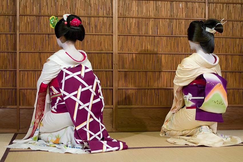 Geisha im Seiza-Fersensitz