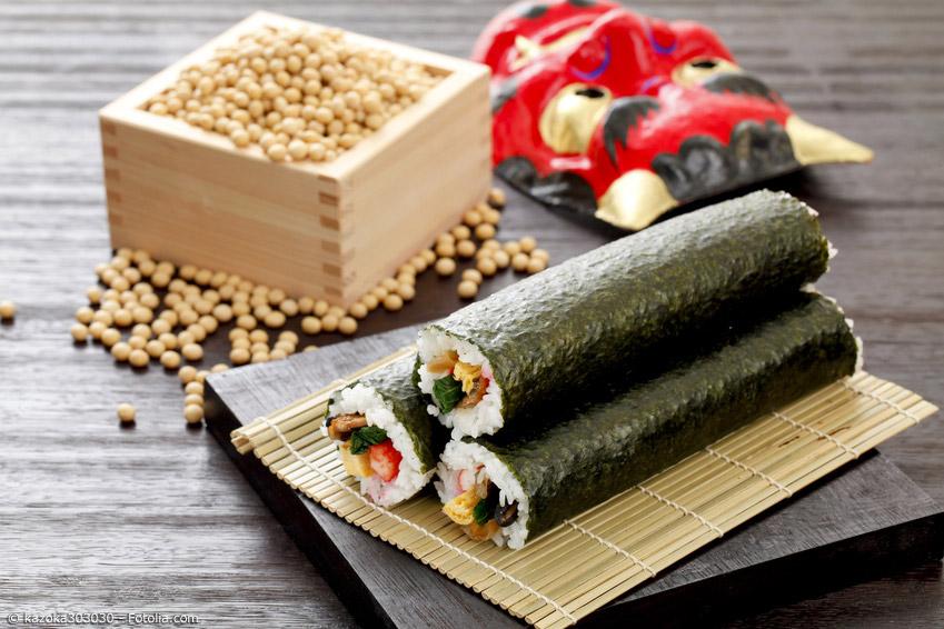 Am Setsubun no Hi werden Bohnen oder Erdnüsse geworfen, um böse Geister zu vertreiben. Außerdem essen die Japaner eine große Sushi-Rolle, die Ehomaki genannt wird.