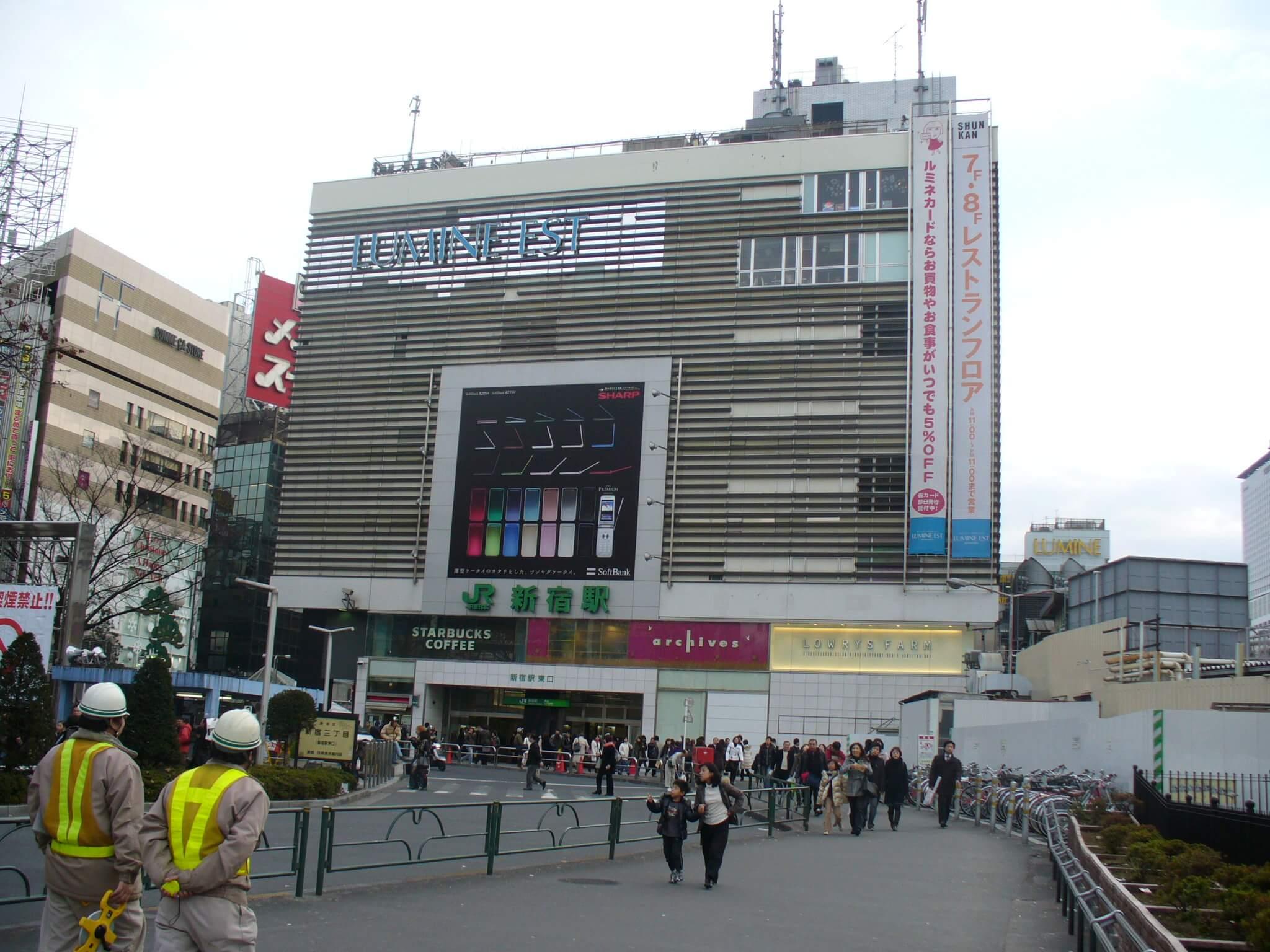 Shinjunku Bahnhof von der Ostseite