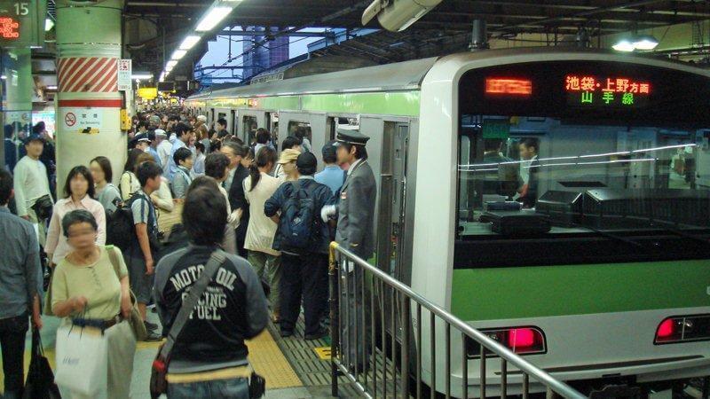 Shinjunku Bahnhof mit einer Zugeinfahrt