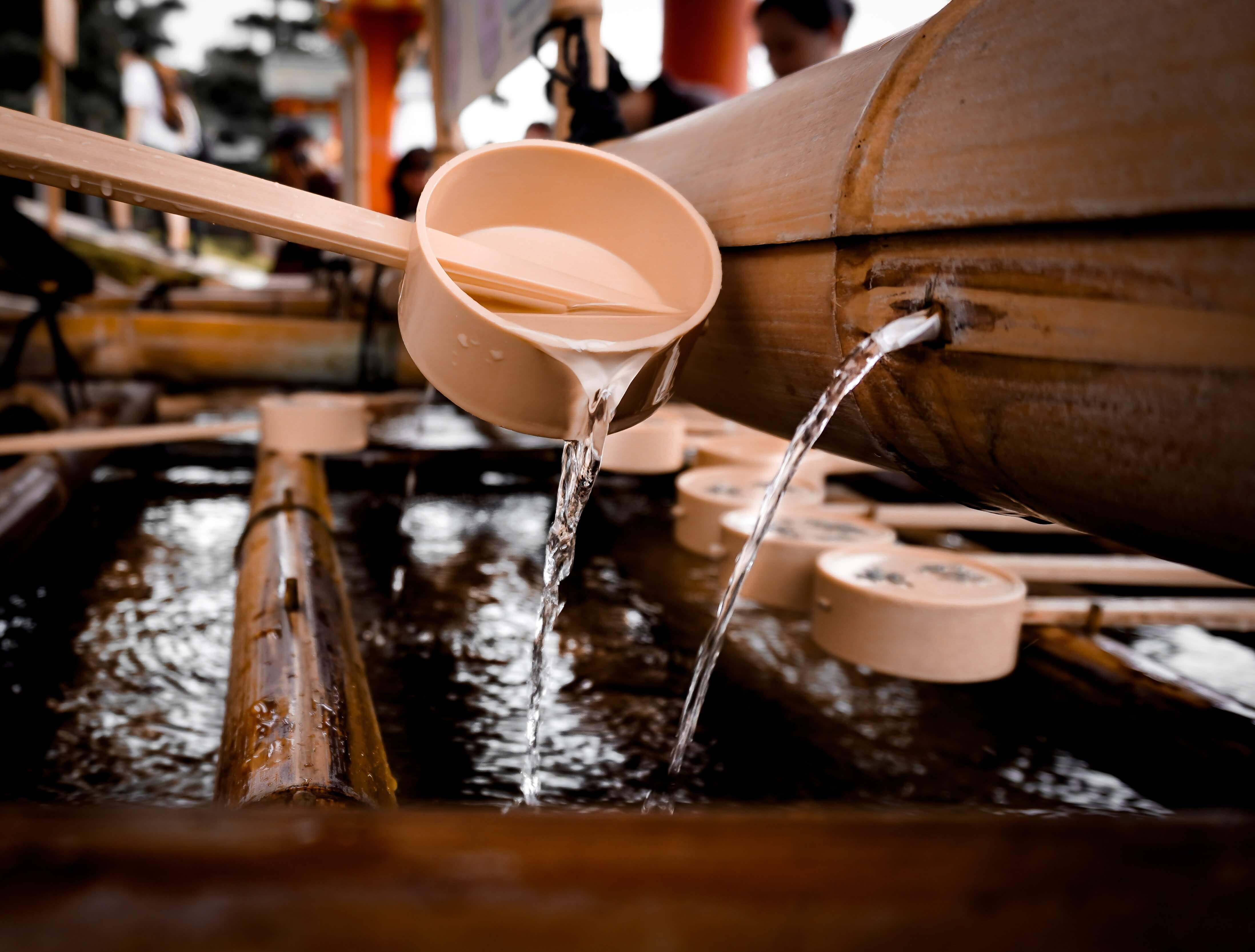Wasserstelle zur Reinigung im Shinto-Tempel
