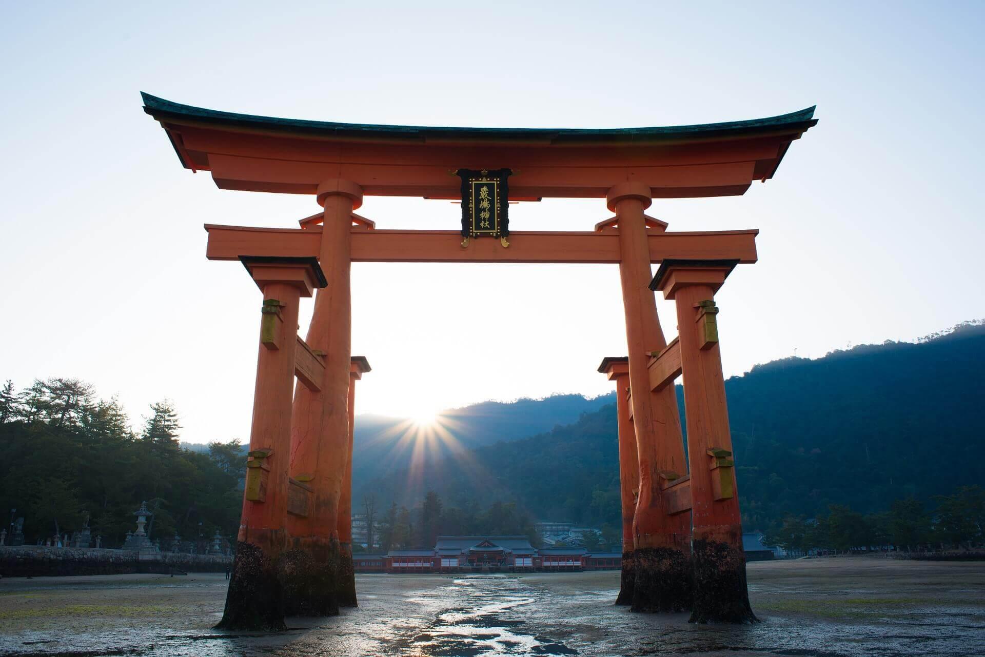 Der Eingang zum Shinto-Tempel wird durch ein Torii symbolisiert