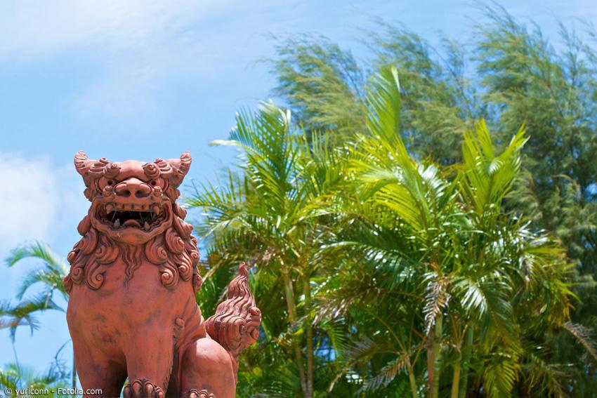 Auf vielen Dächern auf Okinawa wachen die sogenannten 'Shisa', Talismane in Form von Löwen, die das Schlechte vertreiben sollen. Kulturell und klimatisch unterscheidet sich Okinawa stark vom Rest Japans.
