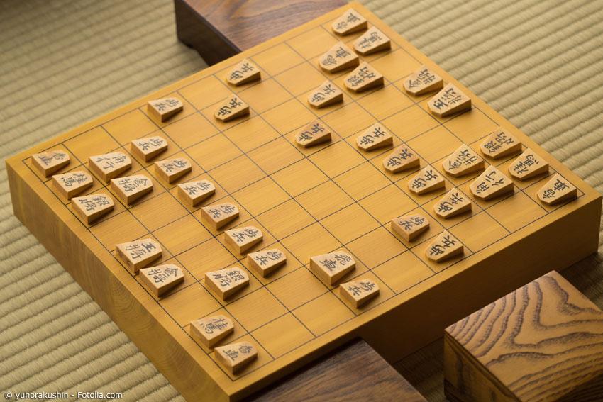 Shogi ist dem westlichen Schach sehr ähnlich, sowohl was die Steine als auch die Regeln anbelangt. Auch hier gilt es, den König zu schützen.