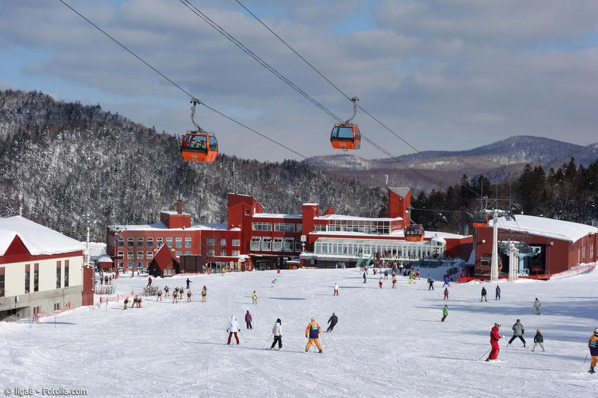 Skifahren in Japan gehört im Winter einfach dazu. Vor allem auf Hokkaido und in den japanischen Alpen auf Honshu haben sich große Skigebiete herausgebildet.
