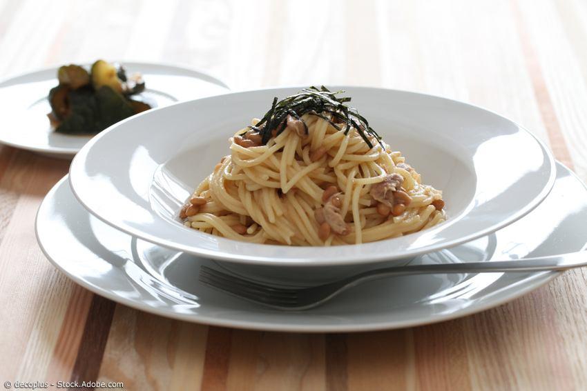 Spagetti mit Natto und Nori-Algen servierfertig