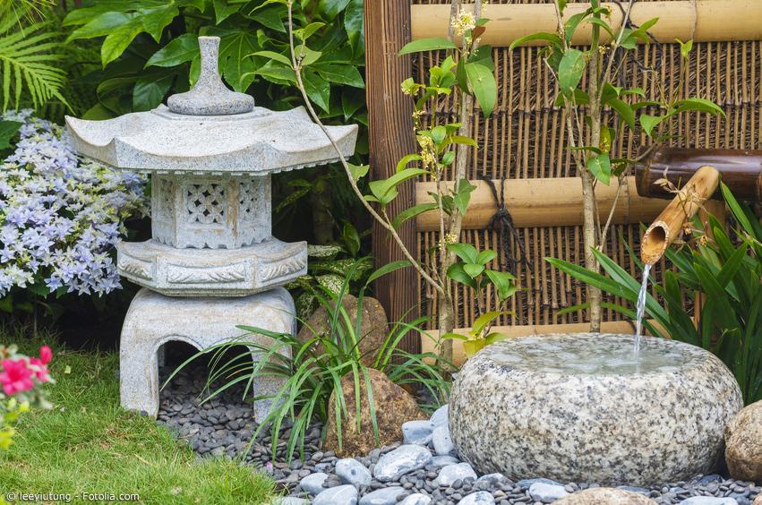 Wasserbecken mit Steinlaterne und Wasserspiel
