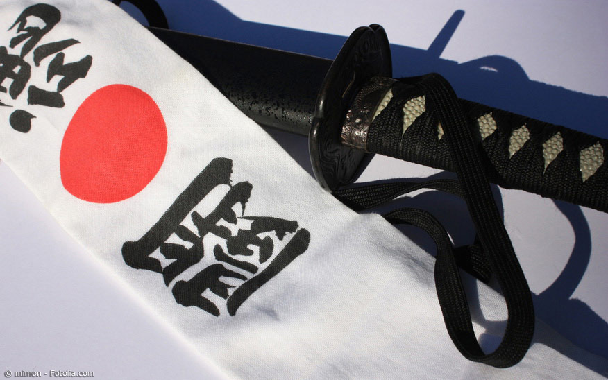 Die Samurai benutzen früher unter ihren Helmen Stirnbänder als Schweißbänder und um Druckstellen zu vermeiden.