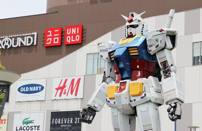 Gundam vor Geschäften auf der Insel Odaiba in Tokyo