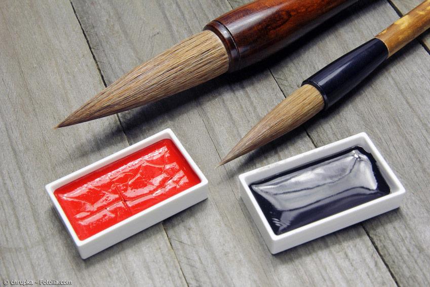 Um Sumi-E Bilder zu malen, braucht es die richtigen Pinsel. Prinzipiell sind alle Pinsel, die für Kalligraphie genutzt werden, auch für Sumi-E geeignet. Neben der traditionell schwarzen Tusche werden auch mit roter Tusche Akzente gesetzt.