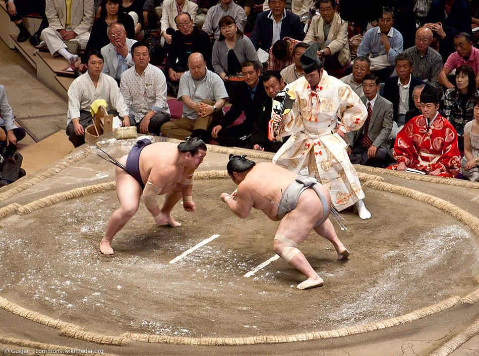 Um den gegnerischen Sumoringer zu besiegen, gibt es verschiedene Techniken und Taktiken. Kämpfe dauern oft nur wenige Sekunden. Sobald der Kampf entschieden ist, gibt der Ringrichter sofort den Sieger bekannt.