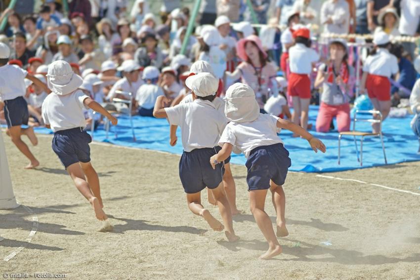 Der Tag des Sports ist in Japan ein Familienfeiertag. Bei den zahlreichen Sportfesten von Schulen und Kindergärten feuern die Eltern ihre Sprösslinge an.