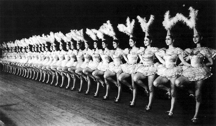 Takarazuka Revue tanzende Frauen mit Kopfschmuck