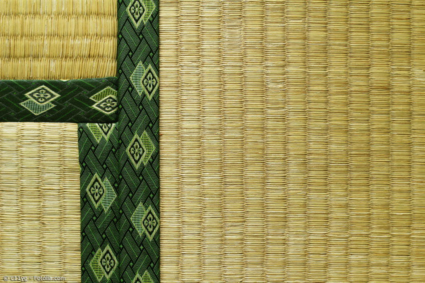 Tatami-Matten bestehen im Kern aus gepresstem Reisstroh. Dieser Kern wird mit Igusa-Gras umwickelt und meist von einem Seitenband aus Stoff (Beri) eingefasst.