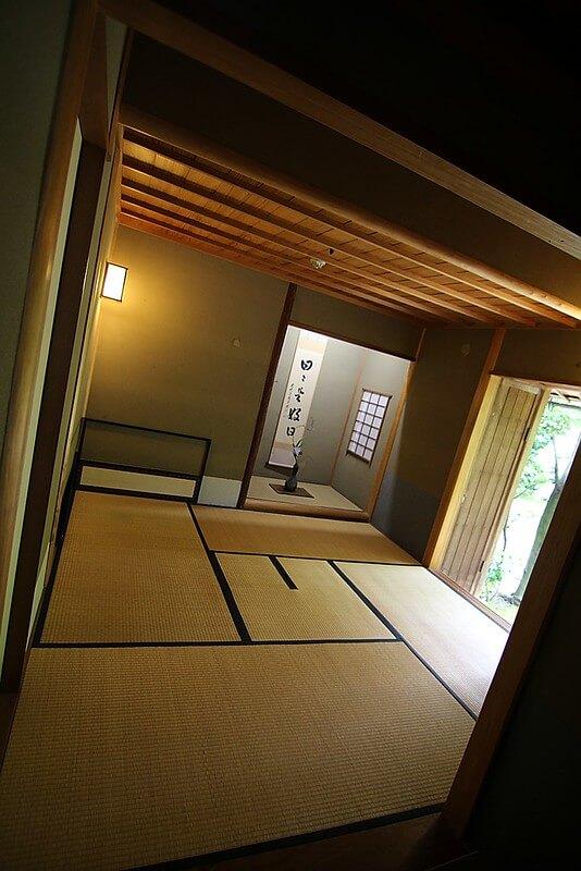Tatamizimmer mit quadratischer Fläche in der Mitte