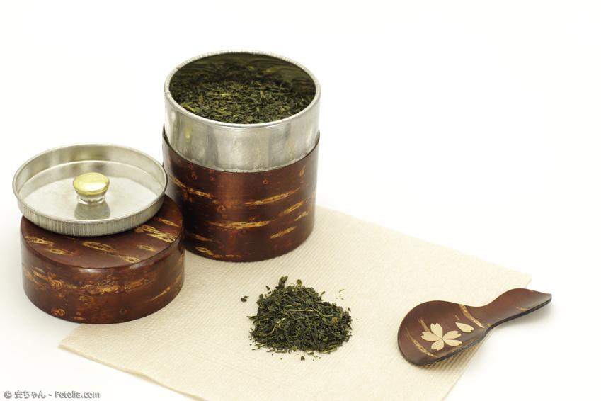 Japanische Teedose mit Kirschbaumfurnier und Grüntee