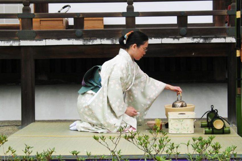Seiza Fersensitz bei der japanischen Teezeremonie